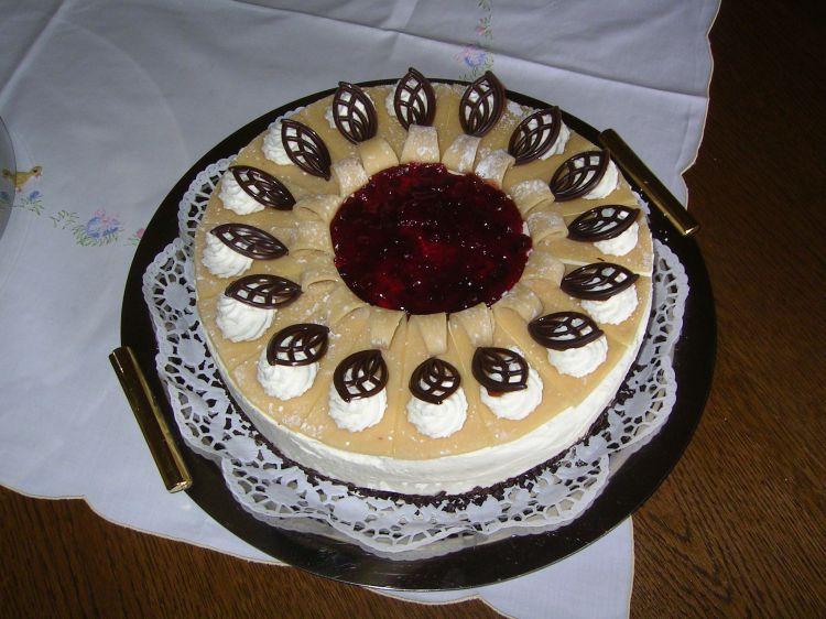 Mohn marzipan torte mit bananen und preiselbeeren ein - Torten dekorieren mit marzipan ...