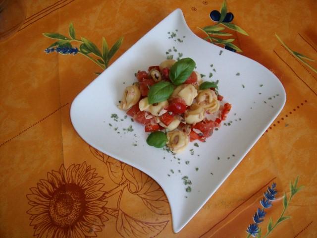 tortellini thunfisch salat mit rotwein dressing ein. Black Bedroom Furniture Sets. Home Design Ideas