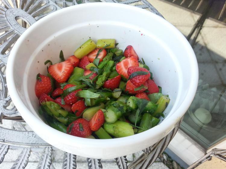lauwarmer spargelsalat mit erdbeeren und estragon ein kochmeister rezept. Black Bedroom Furniture Sets. Home Design Ideas